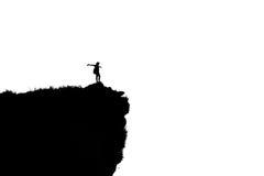 Mujer de la silueta en la montaña máxima imagen de archivo