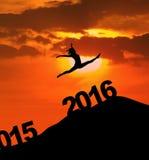 Mujer de la silueta que salta con los números 2016 Foto de archivo libre de regalías