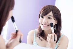 Mujer de la sonrisa con los cepillos del maquillaje Fotos de archivo libres de regalías