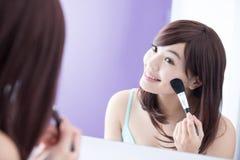 Mujer de la sonrisa con los cepillos del maquillaje Imagen de archivo