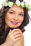 Mujer de la sonrisa de la belleza con la flor aislada Foto de archivo