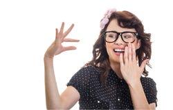 Mujer de la sonrisa que muestra con sus fingeres Imagen de archivo libre de regalías
