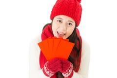 Mujer de la sonrisa que sostiene el dinero afortunado en sobre rojo Fotografía de archivo libre de regalías
