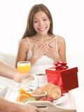 Mujer de la sorpresa del regalo de cumpleaños Fotos de archivo