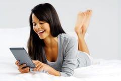 Mujer de la tablilla del ordenador Imagen de archivo libre de regalías