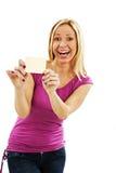 Mujer de la tarjeta de regalo emocionada Fotografía de archivo libre de regalías