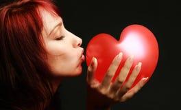 Mujer de la tarjeta del día de San Valentín con el corazón rojo Fotografía de archivo libre de regalías