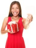 Mujer de la tarjeta del regalo de las tarjetas del día de San Valentín Imágenes de archivo libres de regalías