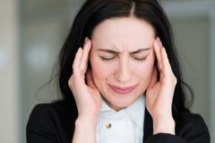 Mujer de la tensión de la consternación de la preocupación de la ansiedad de las malas noticias de la emoción fotografía de archivo