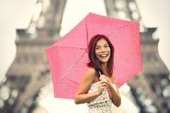 Mujer de la torre Eiffel de París Fotos de archivo libres de regalías