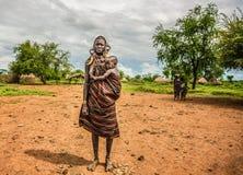 Mujer de la tribu africana Mursi con su bebé, Etiopía foto de archivo libre de regalías