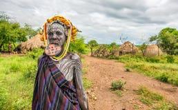 Mujer de la tribu africana Mursi, valle de Omo, Etiopía imágenes de archivo libres de regalías
