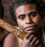 Mujer de la tribu de Korowai con el collar alrededor del cuello de los dientes de un jabalí Tribu de Korowai Fotografía de archivo