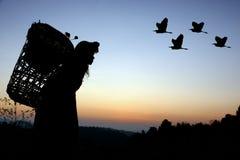 Mujer de la tribu de la colina en silueta de la puesta del sol fotos de archivo libres de regalías