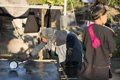 Mujer de la tribu de la colina que hace el papel de bambú Fotografía de archivo libre de regalías