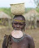 Mujer de la tribu de Mursi en el pueblo de Mirobey Mago National Park O Fotografía de archivo libre de regalías