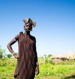 Mujer de la tribu de Mursi en el valle de Omo, Etiopía imagen de archivo