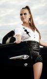 Mujer de la vendimia con el coche del cabrio Foto de archivo libre de regalías