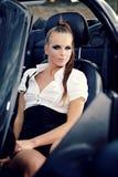 Mujer de la vendimia con el coche del cabrio Fotos de archivo libres de regalías