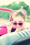 Mujer de la vendimia en coche retro Fotos de archivo libres de regalías