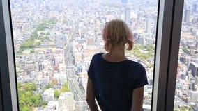 Mujer de la ventana del horizonte almacen de video