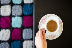 Mujer de la visión superior con la taza de café en la tabla Imagenes de archivo