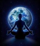 Mujer de la yoga en el mundo Muchacha de la meditación en la tierra del planeta fotos de archivo