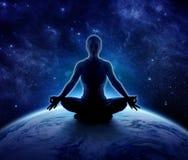 Mujer de la yoga en el mundo Muchacha de la meditación en la tierra del planeta imágenes de archivo libres de regalías