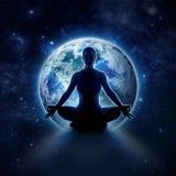 Mujer de la yoga en el mundo Muchacha de la meditación en la tierra del planeta foto de archivo