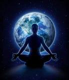 Mujer de la yoga en el mundo Muchacha de la meditación en la tierra del planeta imagenes de archivo