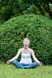 Mujer de la yoga en hierba verde Fotografía de archivo libre de regalías