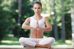 Mujer de la yoga en parque Fotos de archivo libres de regalías