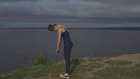 Mujer de la yoga en la ropa de deportes, concentración de la energía metrajes