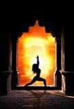 Mujer de la yoga en templo Imagenes de archivo