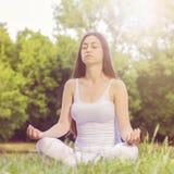 Mujer de la yoga que medita forma de vida sana relajante imagen de archivo