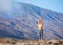 Mujer de la yoga que practica en una playa imagen de archivo