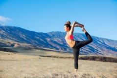 Mujer de la yoga que practica en una playa fotos de archivo