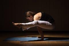 Mujer de la yoga que practica su fuerza y equilibrio Foto de archivo libre de regalías