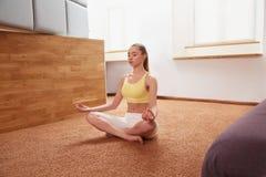 Mujer de la yoga Señora joven Practicing Morning Meditation fotografía de archivo libre de regalías