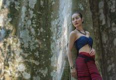 Mujer de Laos y un árbol grande Fotos de archivo
