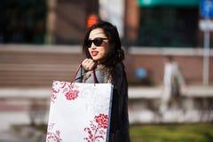 Mujer de las compras al aire libre Fotografía de archivo libre de regalías