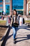 Mujer de las compras al aire libre Fotos de archivo libres de regalías