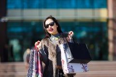 Mujer de las compras al aire libre Imagenes de archivo