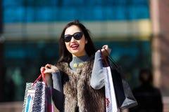 Mujer de las compras al aire libre Imagen de archivo