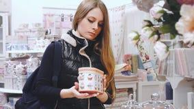 Mujer de las compras Comprador que mira la materia en tienda metrajes