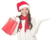 Mujer de las compras de la Navidad que muestra el copyspace emocionado Imagenes de archivo