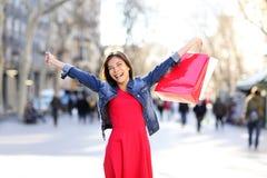 Mujer de las compras emocionada en el La Rambla en Barcelona Foto de archivo libre de regalías