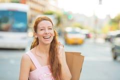 Mujer de las compras en el caminar emocionado sonriente de Manhattan, New York City sosteniendo los panieres Foto de archivo