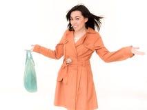Mujer de las compras en la capa que sostiene el panier Foto de archivo libre de regalías