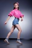 Mujer de las compras. Hembra feliz en cortocircuitos de los pantalones vaqueros del dril de algodón Foto de archivo